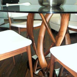 Detalles pie mesa Infinity y sillas Nissa de Porada.