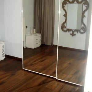 Armario con puerta en espejo corredera.