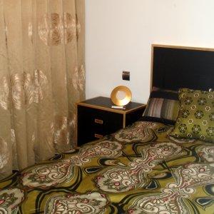 Dormitorio en negro y aplicaciones de pan de oro.