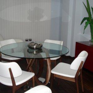 Mesa Infinity para comedor y sillas Nissa en madera de nogal canaletto