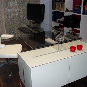 Sillón en piel y escritorio en cristal y modulo lacado Gallotti Radice.