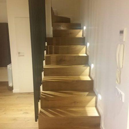 Escalera realizada en madera natural.